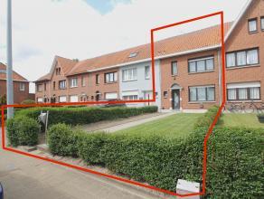 Instapklare woning met zonnige tuin op een perceel van 195m² te Sint-Niklaas. IND: GLV: inkomhal, WC, leefruimte(28m²), keuken(8m²) met