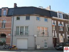 Ruime bel-étage met gezellige stadskoer. De goede ligging (rustig/pleintje/openbaar vervoer/station/centrum/E17/N16), de bewoonbare opp.(250m&s
