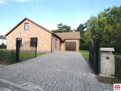 Uitstekend gelegen ruime gelijkvloerse woning met 2 slaapkamers, garage en ruime tuin. Indeling:GLV: Inkomhal (12m²) met apart toilet, ruime leef