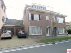 Rustig gelegen halfopen bebouwing met garage en tuin (perceel: 274m²). De 5 slaapkamers, de centrale ligging nabij centrum/N70/E17, de zuidgerich