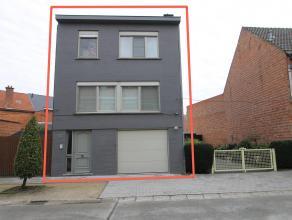 Instapklare woning met mogelijkheid tot 4 slaapkamers (perceel: 111m²). De gunstige ligging (centrum/N41/E17/rustig), de 2e badkamer, de vernieuw