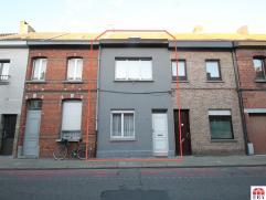 Centraal gelegen, ruime woning met 4 slaapkamers te Sint-Niklaas. De ruime leefruimte en keuken, de 4 ruime slaapkamers, de centrale ligging dichtbij