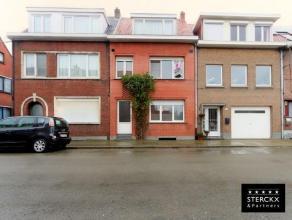Deels te renoveren woning, 3 à 4 slaapkamers en tuin in rustige straat.Indeling: Gelijkvloers: inkomhal op authentieke tegelvloer, grote leefru