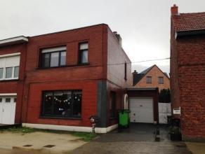 Deels te renoveren woning met 2 slaapkamers, tuin en garage nabij centrum.Indeling:Gelijkvloers: inkomhal, gastentoilet, zeer grote leefruimte, open k