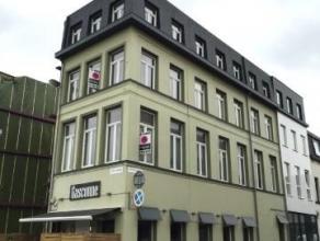 Appartement met één slaapkamer op eerste verdieping in volledig vernieuwd gebouw.Indeling: inkomhal op stenen vloer, grote leefruimte op