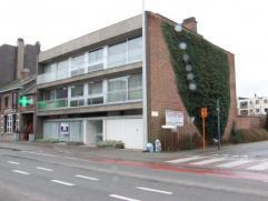 Large espace pour bureaux (ou commerce) idéalement situé proche du centre commercial de Asse. COMPOSITION DEGAGEMENT D'ENTREE - SALLE D'