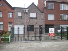 Fraaie starterswoning met terras, dubbele garage & overdekte doorgang naar binnenterras. Indeling glvl: inkomhal, woonkamer, ingerichte keuken, 1e