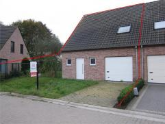 Landelijk gelegen ruime HOB met 4 slaapkamers & tuin. Indeling glvl : inkomhal, woonkamer met open volledig ingerichte keuken, apart toilet, garag