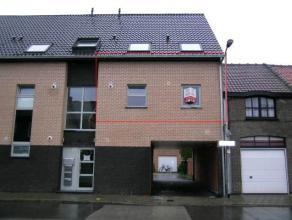 Appartement op het 1e verdiep (rechts voor) met terras (6m²), bewoonb. opp. 65m² , open keuken, 1 slpk (13m²) badkamer en berging + Gem