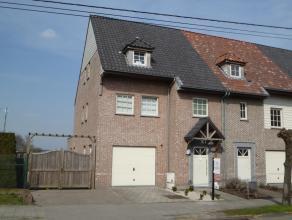 Mooie HOB met garage en grote tuin. Ind.glvl: inkomhal, toilet, lichtvolle woonkamer met open keuken. 1e verd: 1 slaapkamer met badkamer, 2 slaapkamer