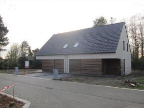 Moderne instapklare halfopen bebouwing. Indeling glvl: Inkomhal, woonkamer met open keuken, wasplaats, toilet en garage. 1e verd: nachthal, drie slaap
