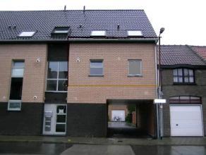 Instapklaar gelijkvloers appartement met tuin , terras en garage. Indeling : inkomhal, woonkamer met open ingerichte keuken, badkamer, toilet, twee sl