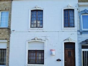 Praktische, te renoveren woning op de Hannuitsesteenweg te Landen. Op het gelijkvloers is er de inkomhal, keuken, grote living en badkamer (met wc en