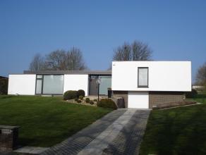 Prachtige villa uit de jaren zestig op een zeer groot perceel, met een unieke stijl en vorm, gelegen aan de rand van het centrum van Landen, op wandel