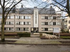 Uiterst gunstig gelegen vlakbij het winkelcentrum van Mortsel, maar toch heerlijk rustig is dit gelijkvloersappartement met tuin van ca 200m² een