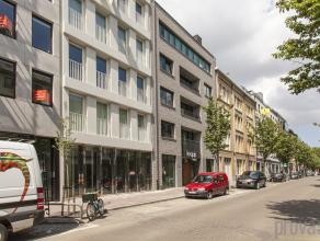 Uitstekend gelegen aan het begin van de hippe Kloosterstraat en vlakbij Vlaamsekaai en Waalsekaai is deze commerciële ruimte een mooie opportunit