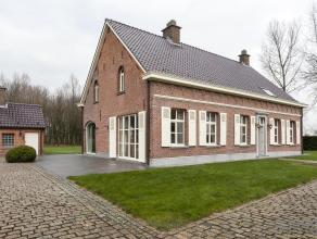 Charmant landhuis en ruim bijgebouw met binnenzwembad op fantastische ligging in de rustige Veldstraat te Temse. Volledig omgeven door groene velden i