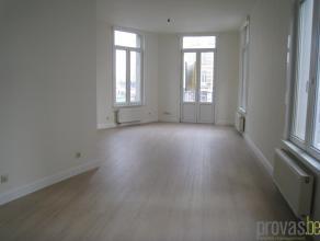 Trendy volledig gerenoveerd appartement van ca 68m² met een zeer vlotte bereikbaarheid. Het appartement bevindt zich op de hoek van de Paleisstra