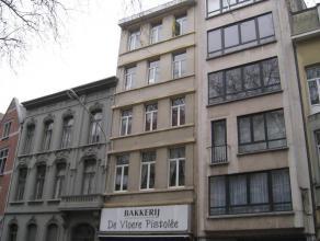 Appartement van ca 130 m² op de vierde verdieping in een burgerwoning gelegen aan de Mechelsesteenweg met het openbaar vervoer, winkels, scholen
