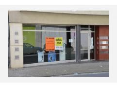 Deze winkelruimte heeft een ideale ligging, net achter de hoek in een zijstraat van de Stationsstraat. De winkel is rondom uitgerust met rekken (die n