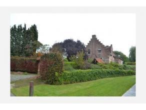 Deze klassevolle woning met prachtige tuin staat te koop in een rustige omgeving. De mooie afwerking is een streling voor het oog. Het landhuis straal
