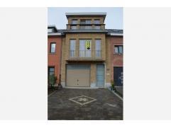 Gelegen vlakbij centrum Sint-Niklaas vindt u deze mooie, ruime bel-etage woning met veel lichtinval. Op het gelijkvloers bevindt zich de garage, inkom
