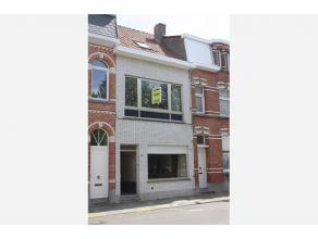 Deze te renoveren woning is goed gelegen aan een groen stadsplein en vlakbij verschillende winkels en het station van Sint-Niklaas. Via de inkomhal ko