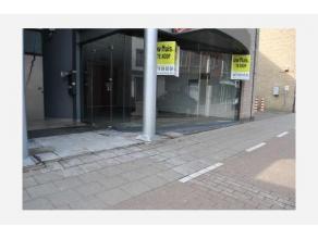 Deze handelsruimte (op 100m2 grondoppervlakte) is gunstig gelegen aan de rand van het centrum van Sint-Niklaas, een straat met veel passanten en voldo