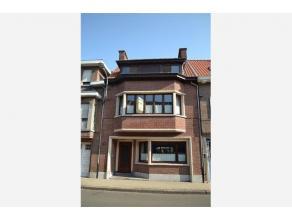 Deze mooie verzorgde woning met leuke vintage elementen is een pareltje op de vastgoedmarkt van Temse. Parket, mooie vloeren, prachtige deuren, een ve