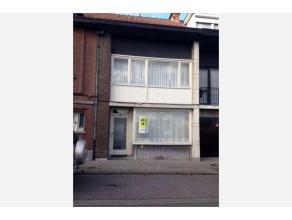 Deze aangename woning in een rustige straat, staat te koop. De woning wordt verwarmd op gas. Er zijn drie slaapkamers. Uitbreiding tot een vierde slaa
