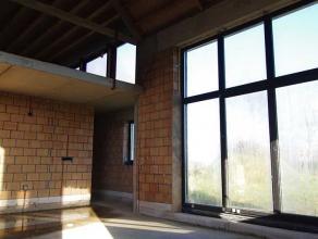 Nieuwbouwvilla momenteel casco te koop met mogelijkheid tot verdere afwerking door BCA. Gelijkvloers omvat  ruime inkomhal met ruime vestiaire en gast