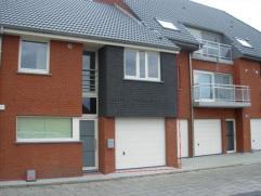 Indeling: gelijkvloers: hall, toilet, garage, living, ingerichte keuken, terras en tuin. 1 ste verd: 4 slaapkamers, badk en berging. 2 de verd: 2 slaa