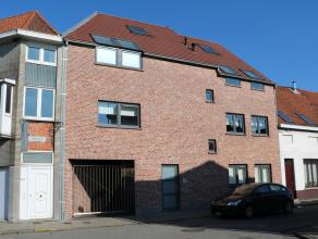 Dit recent duplexappartement op de tweede verdieping ligt nabij de Grote Markt van Zelzate.<br /> Indeling: inkomhal, leefruimte met ingerichte keuken