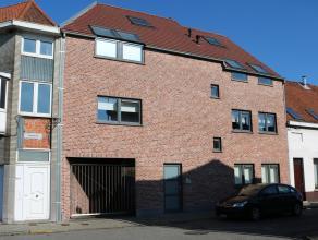 Dit recent duplexappartement op de tweede verdieping ligt nabij de Grote Markt van Zelzate.Indeling: inkomhal, leefruimte met ingerichte keuken, terra