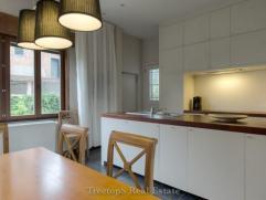 Statig herenhuis, bestaande uit 4 verdiepingen met een totale bewoonbare opp van 406,5m²! Ingedeeld als volgt: voll gewelfde onderkeldering, inko