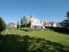 Villa te huur in centrum Zoute, de Kustlaan, op wandelafstand van het strand. Zuidgerichte tuin. 5 slaapkamers, 5 badkamers + dressing. Ruime garage v