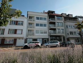 Appartement in centrum Knokke met open zicht op het A. Hansplein. Zeer leuke ligging en zuidgericht terras. De houten wand in de living werd ondertuss