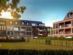 Gelijkvloers appartement voorzien van zuid-georiënteerde tuin en terras. Indeling: inkomhal, ruime woonkamer met open keuken, drie slaapkamers wa