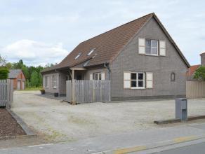 Deze woning is vlot bereikbaar via de E34, de E40 én de R4 en bevindt zich net buiten het centrum van Waarschoot, met alle voorzieningen vlakbi