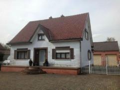 Woning met grote vrijstaande garage en tuin Via kantoor notaris Dirk Vanderstraeten, te Opglabbeek, wordt te koop aangeboden een woonhuis (OB), ter pl