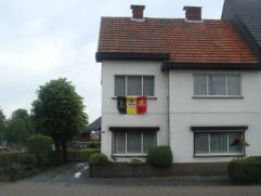 GUNSTIG gelegen HALFOPEN WONING met TUIN Gunstig gelegen halfopen woning te Meerhout, sectie A, nummer 1401/C/3. De woning omvat: op het gelijkvloers: