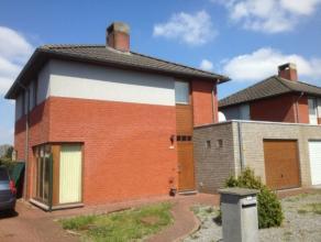 Woonhuis (HOB) gelegen in een recente woonwijk, garage, 3 slaapkamers. Rustig ligging Gelijkvloers: hal, wc, ruime living/eetruimte/keuken, garage/was