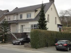 Deze ruime woning is centraal gelegen te Oudenaarde (Edelare), Aalststraat 5. De woning omvat een inkomhal met trap, vervolgens een lichtrijke living