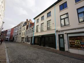 Authentiek handelshuis met 5 slpks op commerciële ligging in hartje van Brugge! INDELING:WINKELHandelsgelijkvloers (± 97m2): Winkelruimte