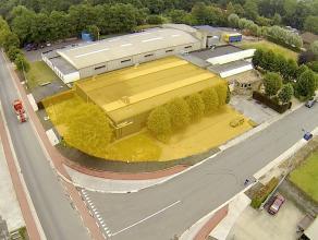 Instapklaar BEDRIJFSGEBOUW bestaande uit magazijn (+/- 850m²) met kantoren op ambachtelijke zone te Diksmuide. Grondopp.: 2.000m² (uitbreidb