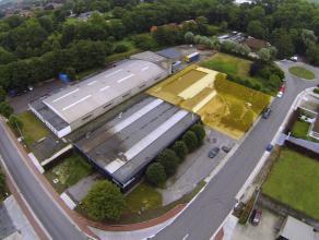 Instapklaar BEDRIJFSGEBOUW bestaande uit magazijn (366m²) met kantoorruimten (274m²) op ambachtelijke zone te Diksmuide. Grondopp.: 1.346m&s