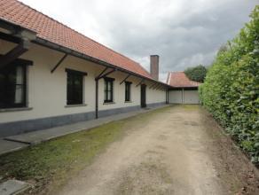 Open bebouwing, type bungalow met oprit naar 2 garages en een aangename tuin. Woning zelf bestaande uit : inkomhal met apart toilet, ruime woonkamer m