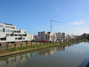Appartement gelegen langsheen de Leieroute nabij het centrum van Deinze.  Dit instapklare nieuwbouwappartement is voorzien van een inkomhal, apart t