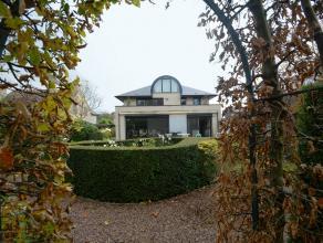 Deze ruime villa beschikt over een totale woonoppervlakte van 349m² en is gelegen op een perceel van 965m².<br /> <br /> De rustige ligging