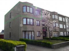 Centraal gelegen hoekappartement (85m²) op 2e verdiep van kleine en rustige residentie. Indeling: inkom, ingerichte keuken, lichtrijke woo